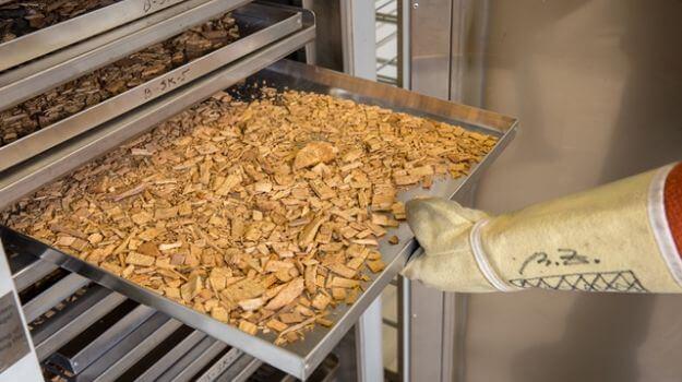 Lesni sekanci med vlaganjem v sušilnik.