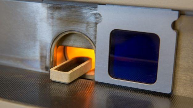 Bližnji posnetek elementnega analizatorja Leco S za delo v Laboratoriju za goriva.
